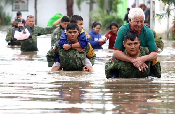 Členové mexické armády zachraňují lidi, kteří byli uvězněni v zaplavených domech po silných deštích ve městě Tlaquepaque, stát Jalisco, Mexiko. - Sputnik Česká republika