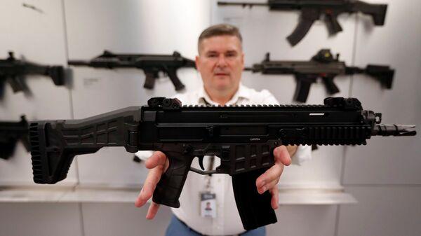 Сотрудник завода стрелкового оружия Ceska Zbrojovka в Угерском Броде демонстрирует винтовку - Sputnik Česká republika