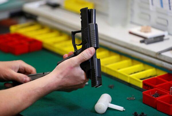 Tovární dělník skládá zbraň. - Sputnik Česká republika