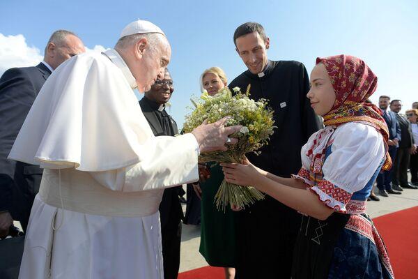 Papež František přilétá na mezinárodní letiště Bratislava - Sputnik Česká republika