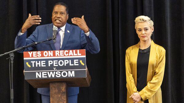 Ларри Элдер и Роуз Макгоуэн на пресс-конференции в Лос-Анджелесе - Sputnik Česká republika