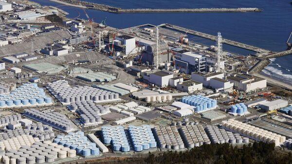 Вид с воздуха показывает резервуары для хранения очищенной воды на АЭС Фукусимав городе Окума, префектура Фукусима, Япония - Sputnik Česká republika