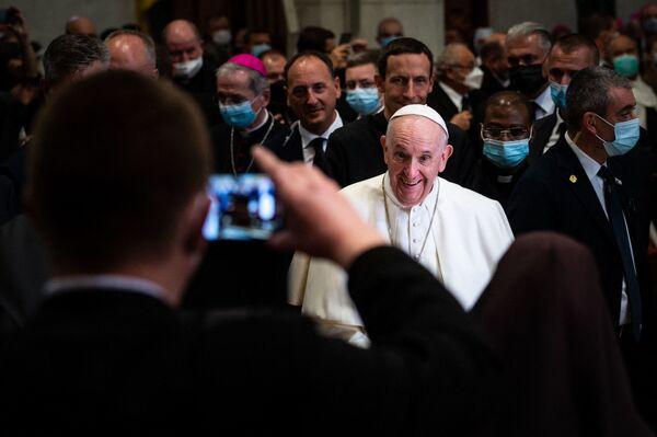 Muž fotografuje papeže Františka v katedrále svatého Martina v Bratislavě - Sputnik Česká republika