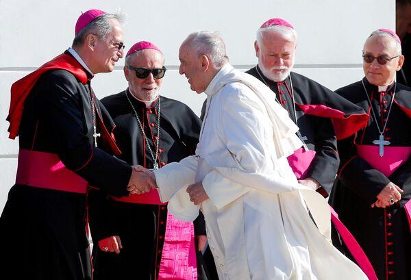 Papež František potřásl rukou bratislavskému arcibiskupovi Stanislavu Zvolenskému - Sputnik Česká republika