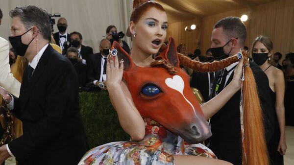 Немецкая певица и автор песен Ким Петрас на Met Gala 2021 в Нью-Йорке - Sputnik Česká republika