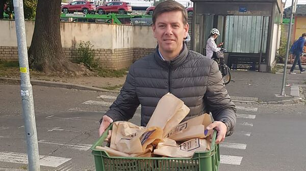 Чешский политик Jan Skopeček раздает еду - Sputnik Česká republika