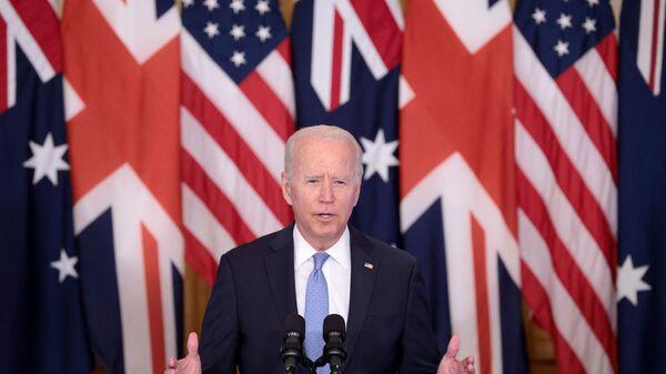 Президент США Джо Байден выступает на мероприятии в Восточном зале Белого по поводу новой инициативы в области национальной безопасности в партнерстве с Австралией и Соединенным Королевством - Sputnik Česká republika