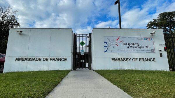 Посольство Франции после того, как было объявлено, что Франция решила отозвать своих послов в США и Австралии для консультаций после того, как Австралия заключила сделку с США и Великобританией, разорвав контракт по разработке подводных лодок французской конструкции на 40 миллиардов долларов, Вашингтон, США - Sputnik Česká republika