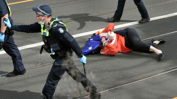 Протестующая, пострадавшая от действий полиции во время митинга в Мельбурне - Sputnik Česká republika