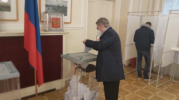 Посол России в Чехии А.В.Змеевский голосует на избирательном участке в Праге - Sputnik Česká republika