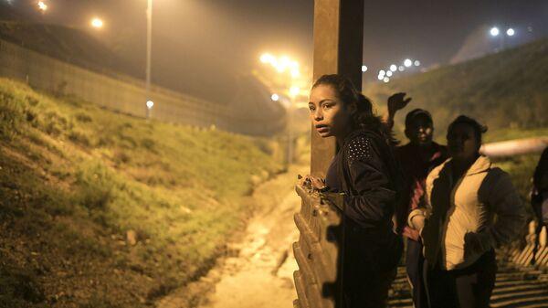 Мигранты из бедных стран Центральной Америки на границе с США  - Sputnik Česká republika