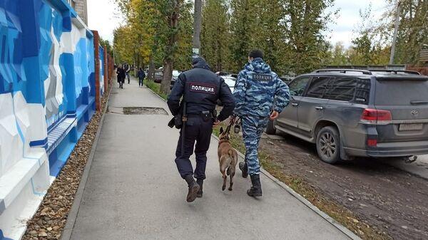 Сотрудники полиции со служебной собакой на улице Перми, где неизвестный открыл стрельбу в Пермском государственном университете - Sputnik Česká republika
