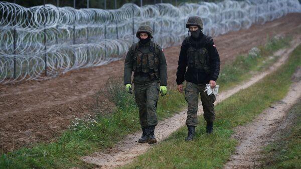 Строительство забора из колючей проволоки на границе Польши с Белоруссией - Sputnik Česká republika