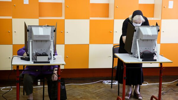 Voliči hlasují v předčasných parlamentních volbách ve volební místnosti v bulharské Sofii - Sputnik Česká republika