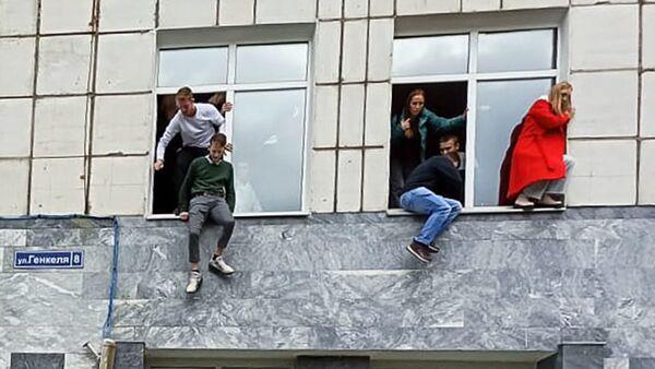 Студенты выпрыгивают из окон Пермского государственного университета, в котором неизвестный открыл стрельбу - Sputnik Česká republika