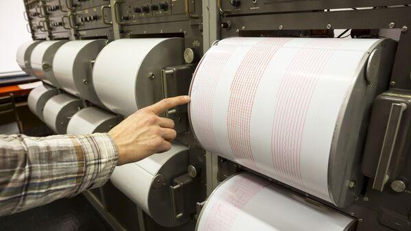 Сейсмограф регистрирует колебания на листе измерительной бумаги - Sputnik Česká republika