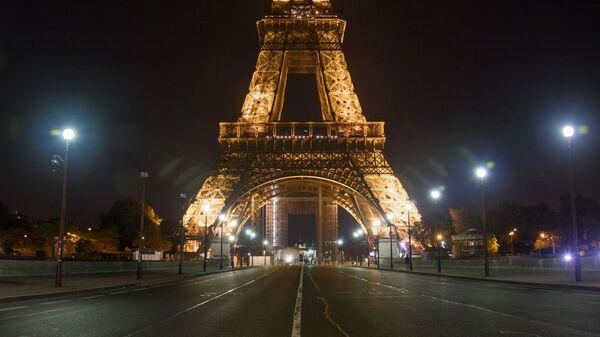 Пустой Йенский мост неподалеку от Эйфелевой башни во время комендантского часа в Париже - Sputnik Česká republika