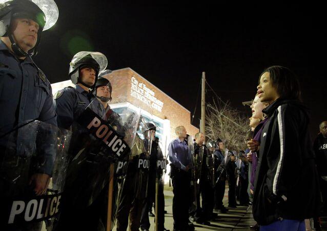Příslušníci policie a protestující v americkém městě Fergusonu