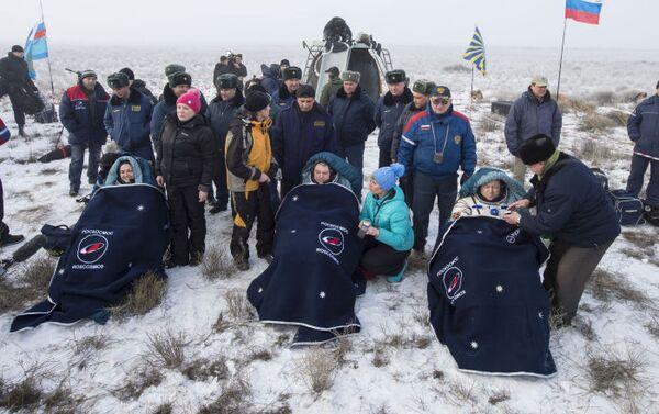 Kosmonauti po návratu kosmické lodi Sojuz TMA-14M na Zemi - Sputnik Česká republika