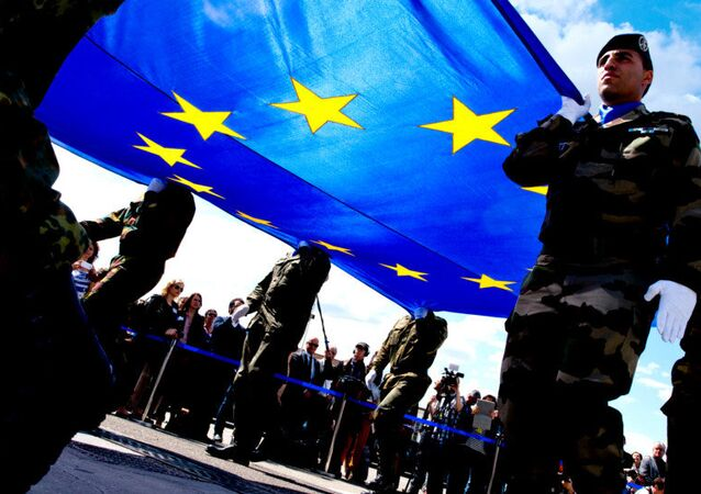 Vojáci nesou vlajku EU