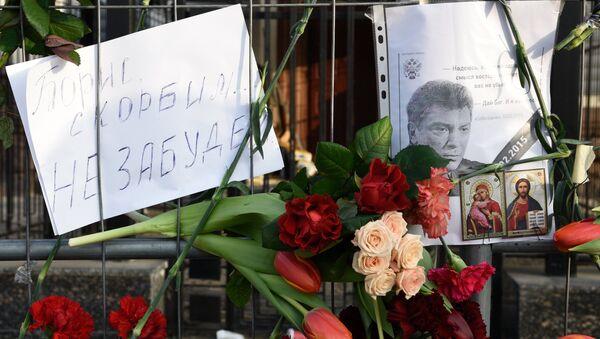 Květy na místě zavraždění Němcova - Sputnik Česká republika