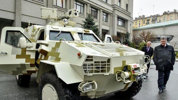 Ukrajinský prezident Petro Porošenko zkontroloval obrněný transportér - Sputnik Česká republika