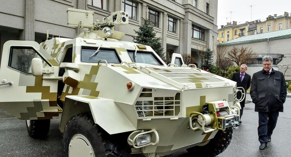 Ukrajinský prezident Petro Porošenko zkontroloval obrněný transportér