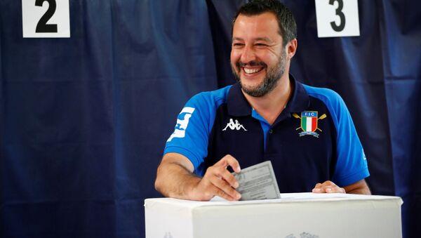 Italský vicepremiér a předseda Ligy Matteo Salvini hlasuje během voleb do Evropského parlamentu - Sputnik Česká republika