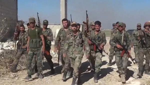 Syrská arabská armáda vytlačila radikály z Kafr Nabudahu na severu Hamá. Pronásleduje je dále v oblasti Tall Saher (VIDEO) - Sputnik Česká republika