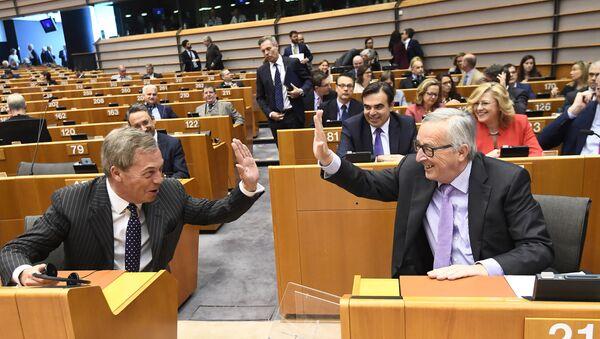Předseda Evropské komise Jean-Claude Juncker a poslanec Evropského parlamentu Nigel Faraj na plenárním zasedání Evropského parlamentu v Bruselu - Sputnik Česká republika
