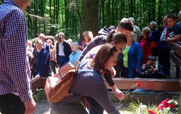 K památníku padlých rudoarmějců se přišli poklonit stovky vděčných obyvatel Bratislavy - Sputnik Česká republika
