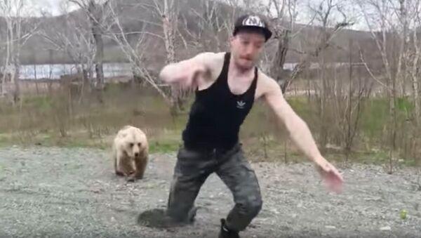 Na Kamčatce medvěd honil turistu  - Sputnik Česká republika