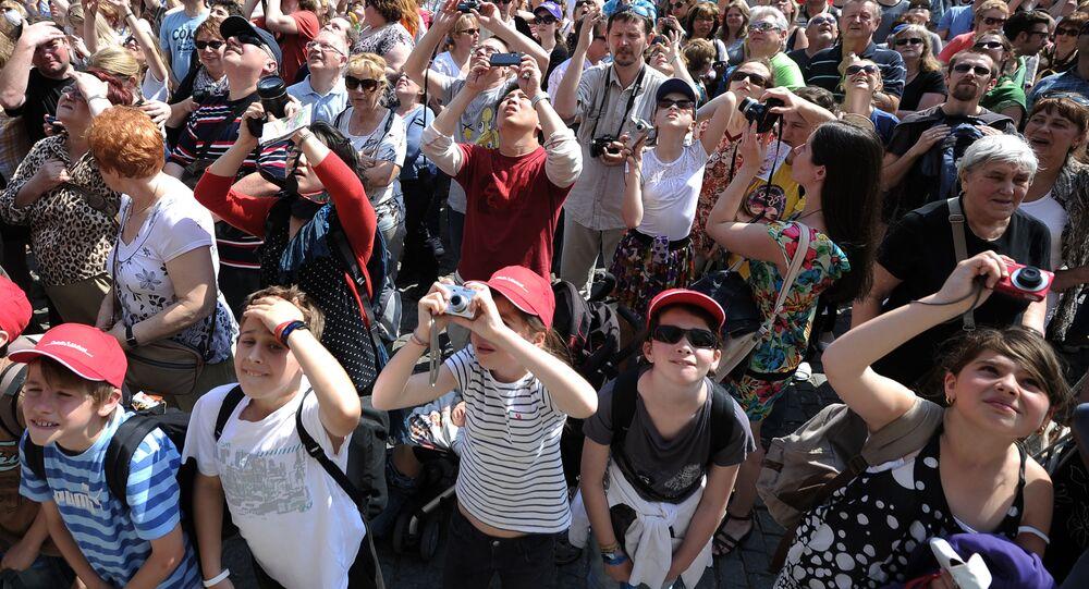Turisté na Staroměstském náměstí v Praze