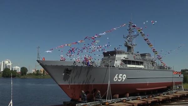 Obranná loď s největší monolitickou sklolaminátovou kostrou na světě byla poprvé spuštěna na vodu (VIDEO) - Sputnik Česká republika