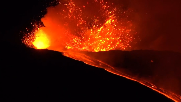 """Krásné peklo na nebi. Italská sopka Etna chrlí """"fontány"""" horké lávy a popelu (VIDEO)  - Sputnik Česká republika"""