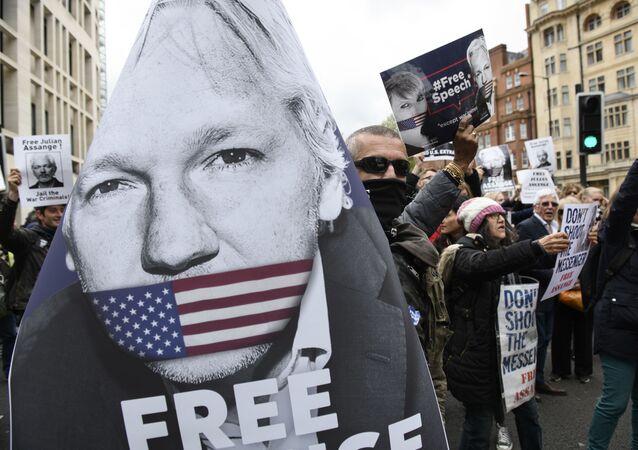 Akce na podporu Juliana Assange v Londýně