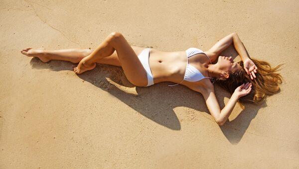 Dívky se opuluje na plaži - Sputnik Česká republika