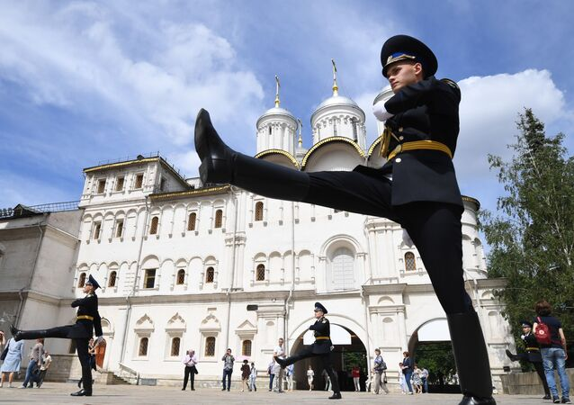 Vojáci prezidentského pluku během ceremonie rozvodu pěších a koních stráží za účastí mladých jezdců Kremelské jezdecké školy na Soborném náměstí  Kremlu
