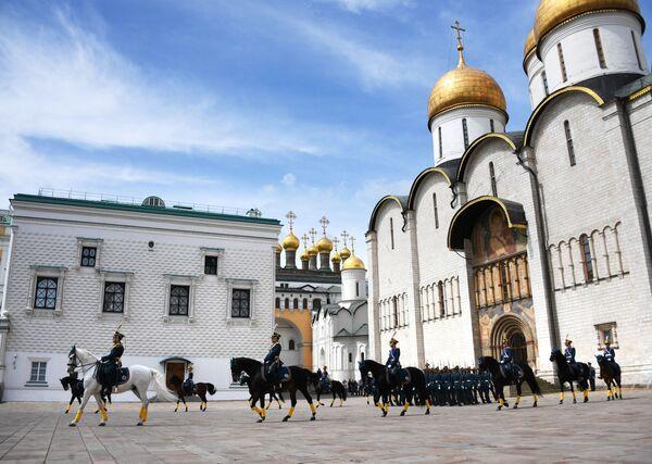 Stráže prezidentského pluku za účastí mladých jezdců předvedly podívanou na Soborném náměstí Kremlu - Sputnik Česká republika