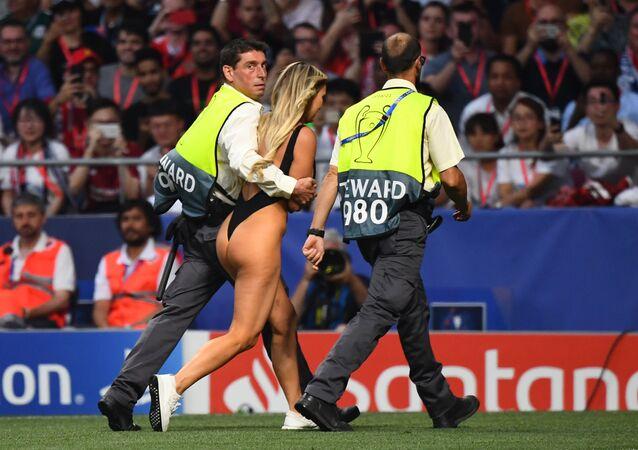 Dívka, která vběhla na hřiště během finále Ligy mistrů mezi Liverpoolem a Tottenhamem