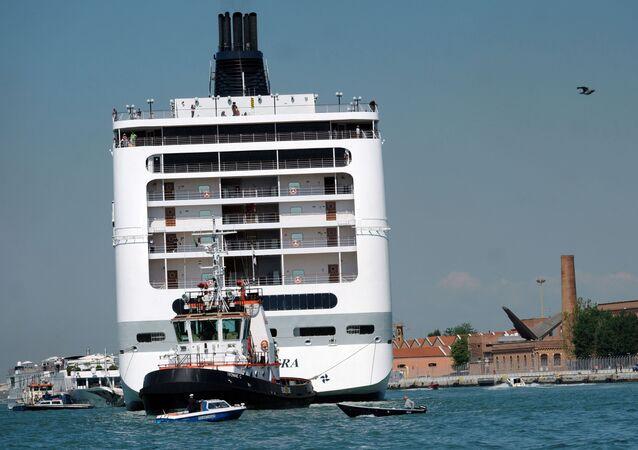 Výletní loď MSC Opera po nárazu do mola a srážce s malou lodí, Benátky