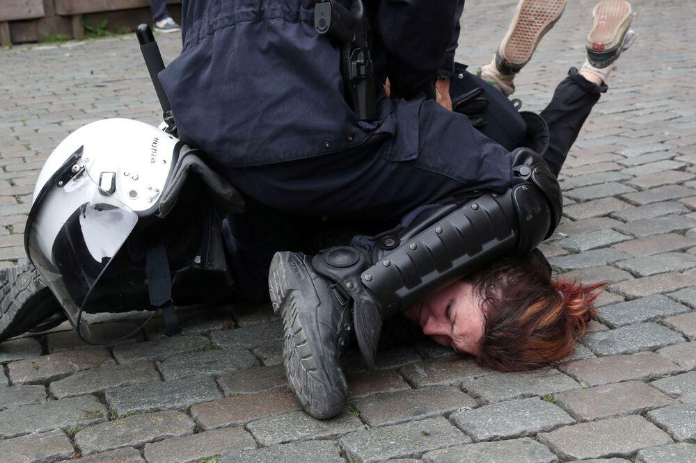 Policista zasahuje na demonstraci žlutých vest během posledního dne eurovoleb v Bruselu (dne 26. května 2019).