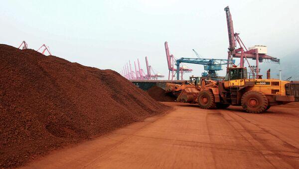 Nakládání vzácných kovů v čínském přístavu Lien-jün-kang - Sputnik Česká republika