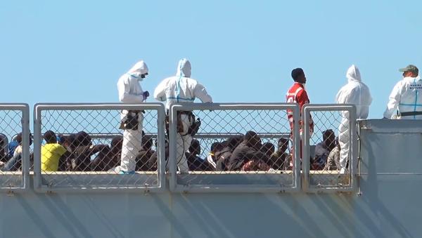 Do Itálie dorazily stovky migrantů zachráněných u pobřeží Libye. 23 nezletilých a velký počet těhotných žen (VIDEO)  - Sputnik Česká republika