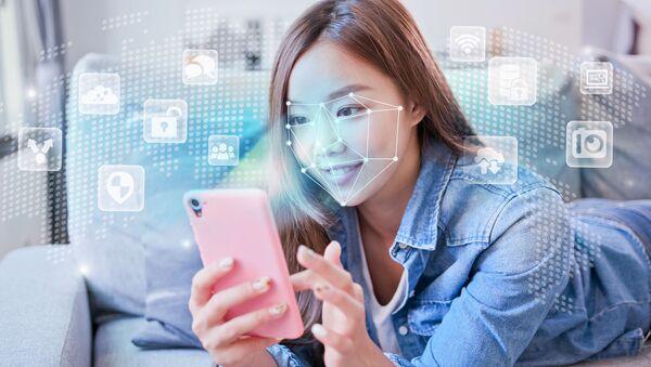 Dívka s chytrým telefonem se systémem rozpoznávání tváří - Sputnik Česká republika