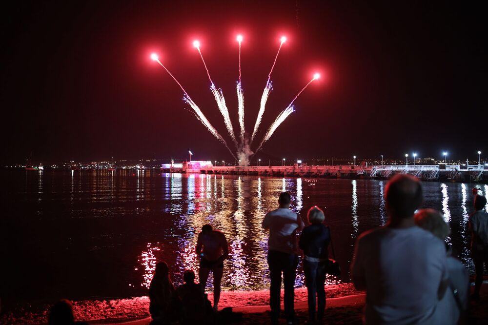 Slavnostní ohňostroj při příležitosti zahájení karnevalu v ruském městě Gelendžik.