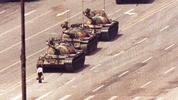 Protestující, který se postavil proti řadě tanků ráno 5. června 1989 poté, co čínské ozbrojené složky násilím potlačily demonstrující lid na náměstí Nebeského klidu v Pekingu - Sputnik Česká republika