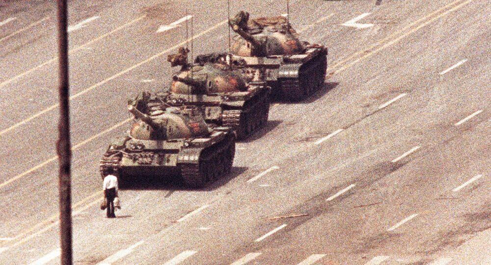 Protestující, který se postavil proti řadě tanků ráno 5. června 1989 poté, co čínské ozbrojené složky násilím potlačily demonstrující lid na náměstí Nebeského klidu v Pekingu