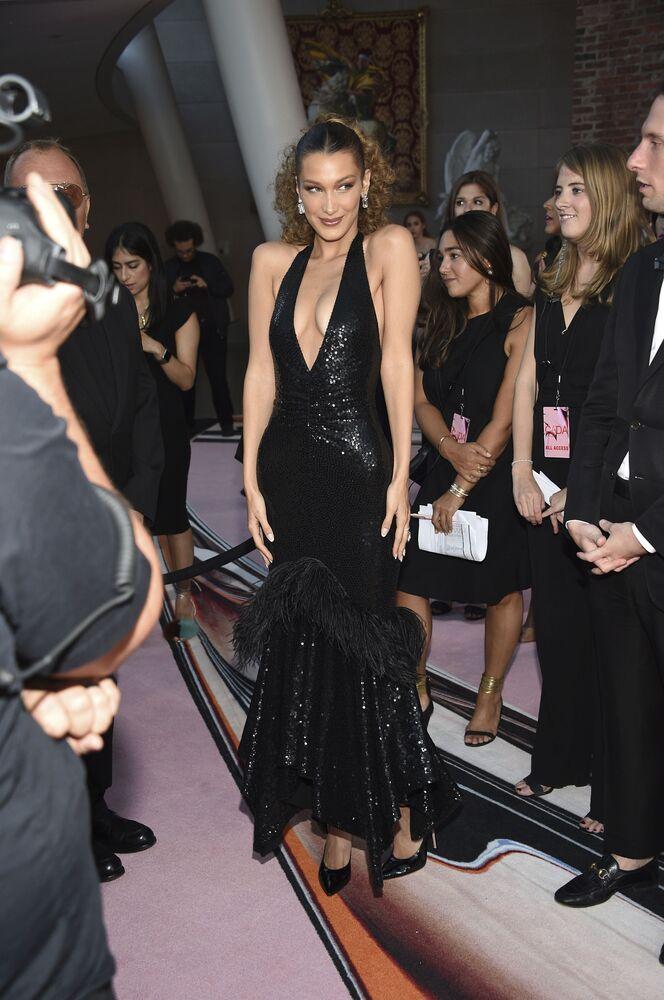 Modelka Bella Hadid na slavnostním udělování módních cen CFDA Fashion Awards.