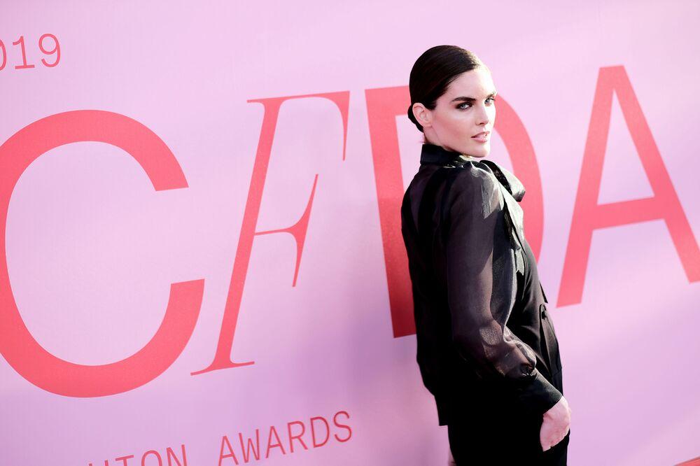 Modelka Hilary Rhoda na slavnostním udělování módních cen CFDA Fashion Awards.